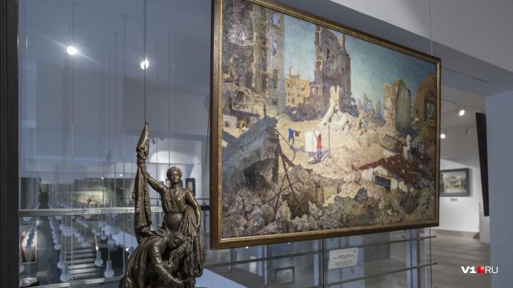 От 1943-го до 80-х: волгоградцы собрали выставку из 100 работ о жизни города и о любви к нему