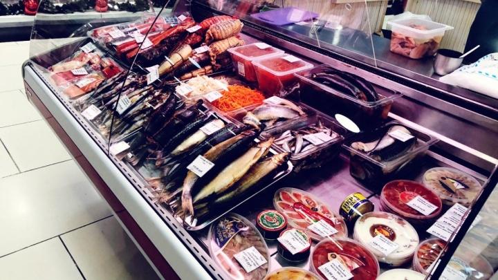 В холле «Сибирского молла» открылась ярмарка, где продают фермерское мясо и рыбу от производителей