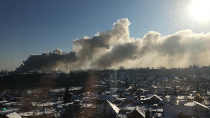 Неподалёку от ТЦ «МЕГА» загорелся частный дом — его не могут потушить уже три часа