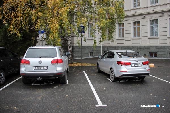 Парковка для инвалидов у правительства Омской области не пустует