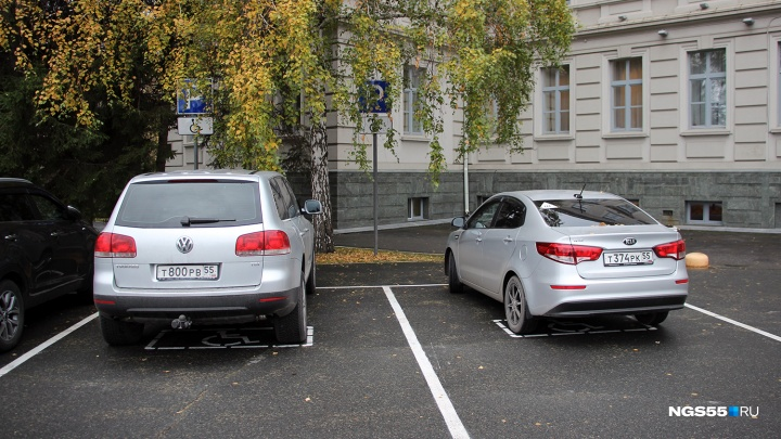 «Я паркуюсь как...»: хамы у правительства и инвалиды около спортзала