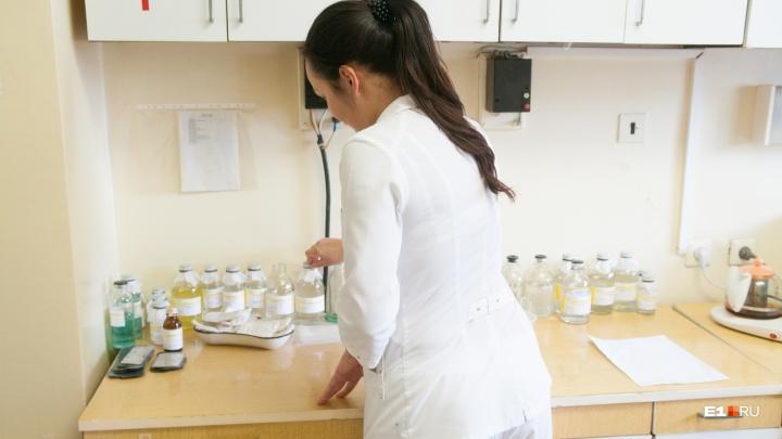 В Свердловской области посчитали зарплаты врачей. В среднем они получают 74 тысячи рублей