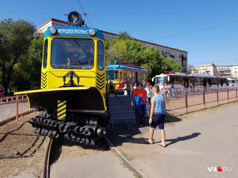 Трамваи поставили по редко используемому кольцу рядом с перекрёстком с проспектом Ленина