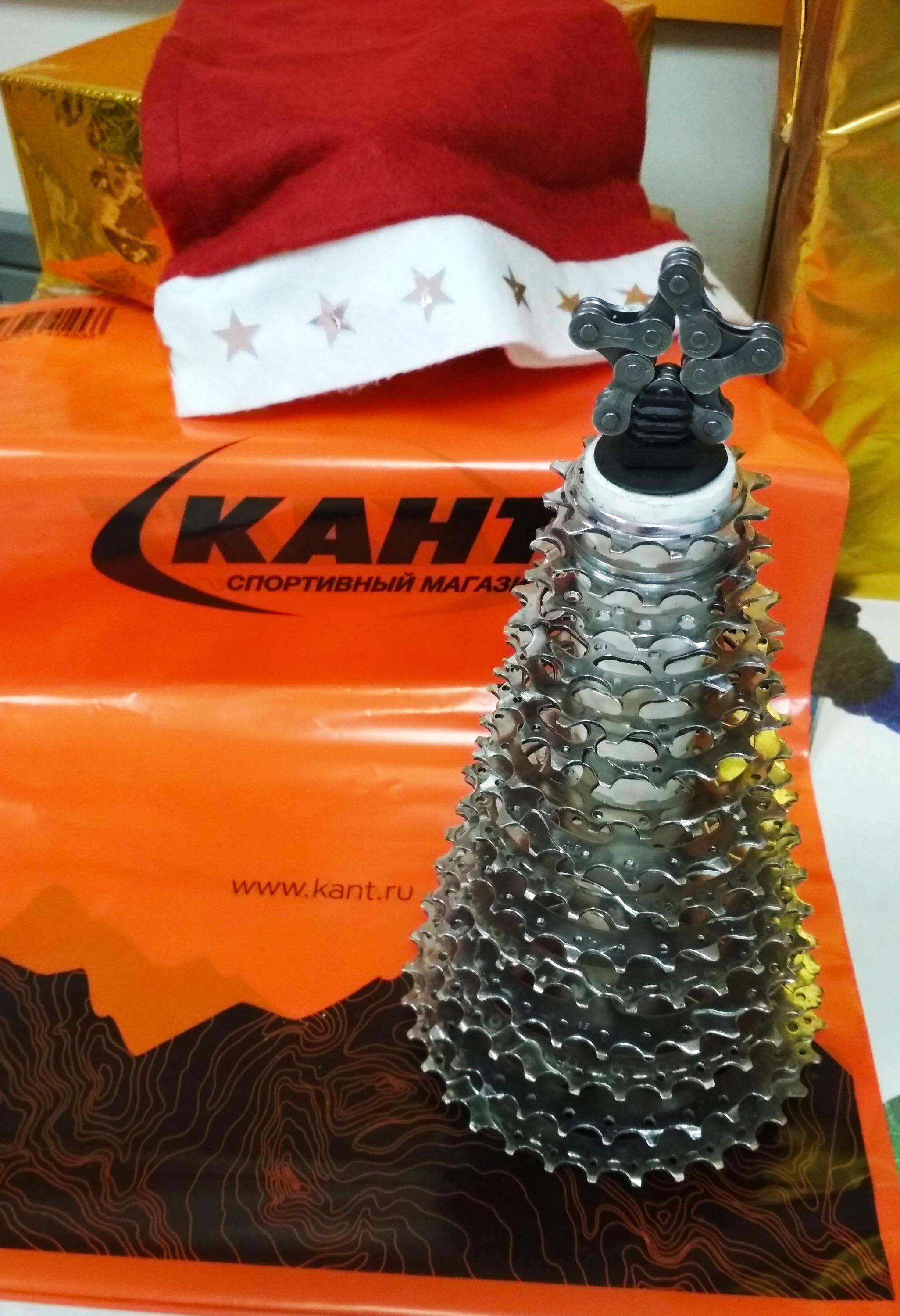 В спортивном магазине «Кант» ёлку сделали из звезд трансмиссии горного велосипеда и звезды из цепочкивелосипеда