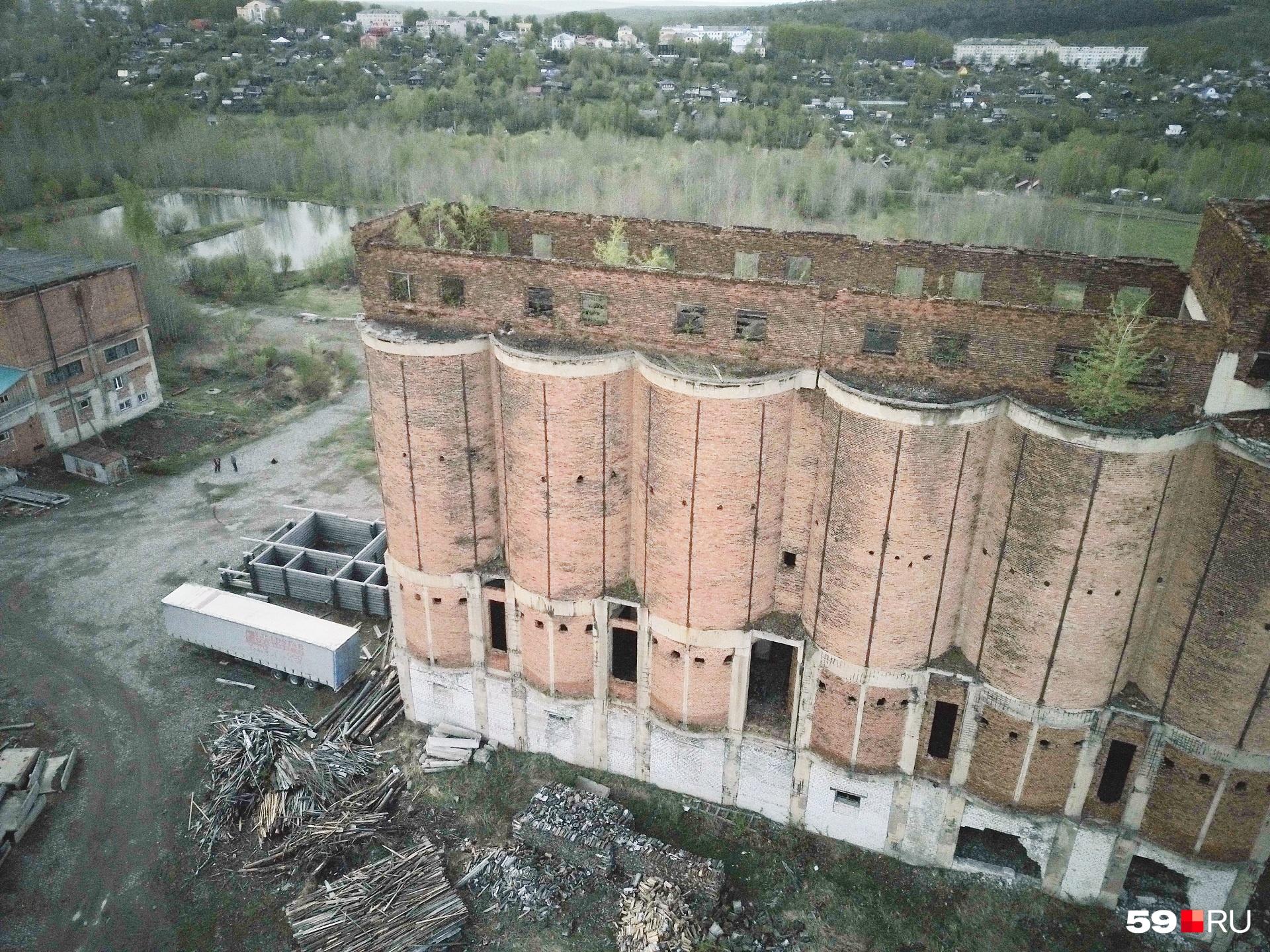 Красивые развалины завода с высоты