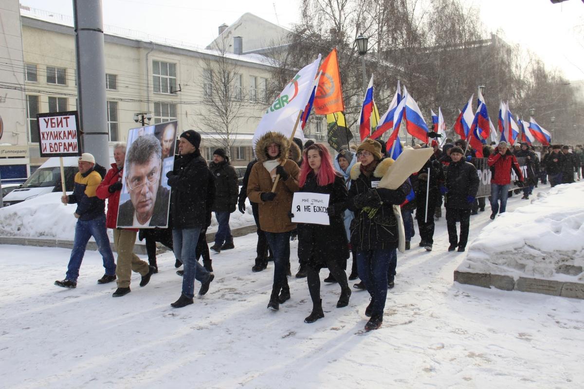 Перед движением участникам раздали больше десятка российских знамен