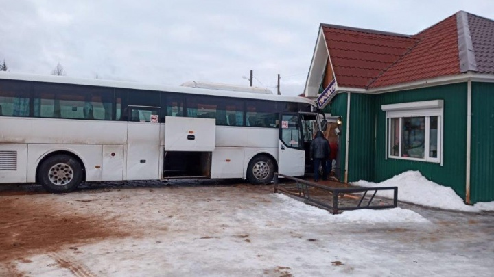 Рейсовый автобус врезался в магазин в Красноборском районе