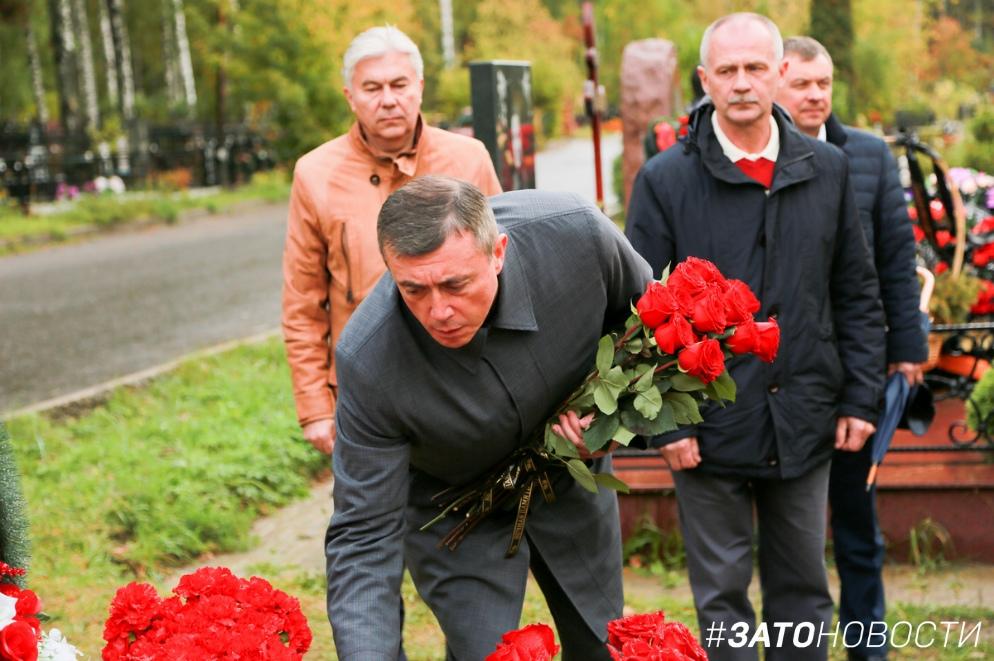 Губернатор Сахалинской области возложил цветы к могилам погибших атомщиков в Сарове