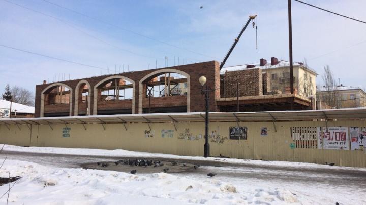 Что здесь строят: на Тарской улице появится торговый комплекс с арочными окнами
