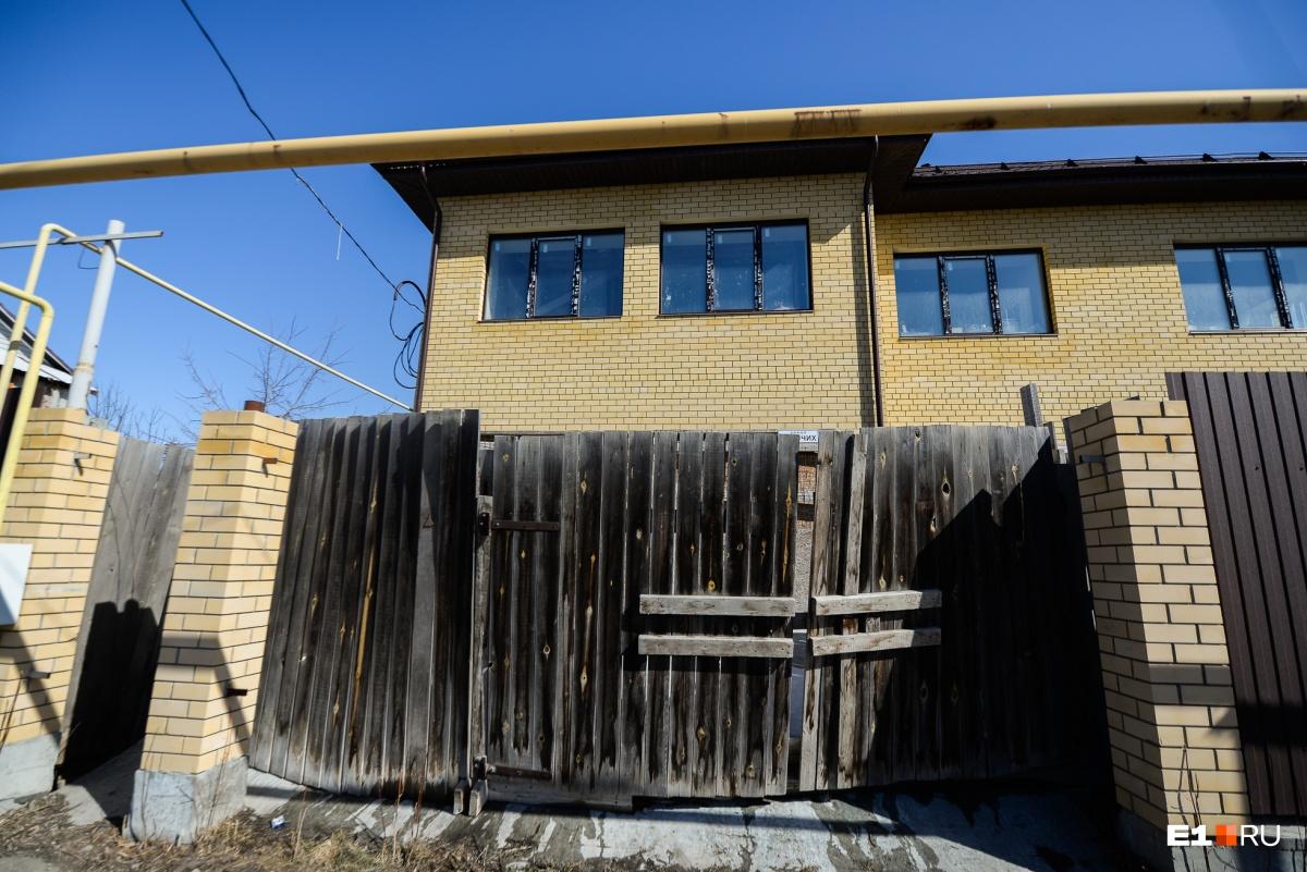Этот дом недостроен. По словам соседей, у хозяина есть еще три таких здания. Когда есть деньги, он строит, когда нет, дома простаивают