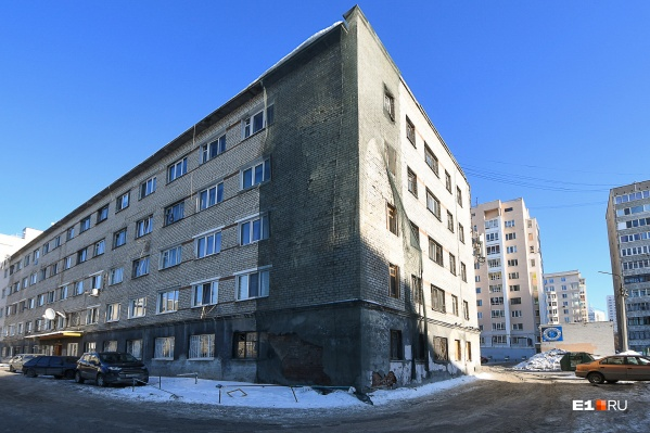 Надувшуюся стену на Педагогической спрятали под сеткой.Раньше общежитие принадлежало «Уралобуви», а теперь — городу