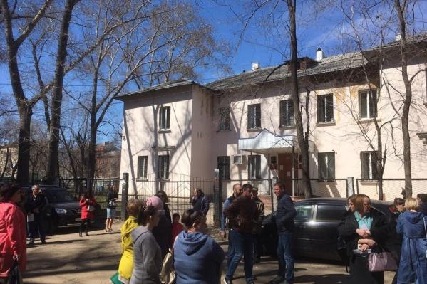 Сотрудники отдела некоторое время провели рядом со зданием, в котором работают