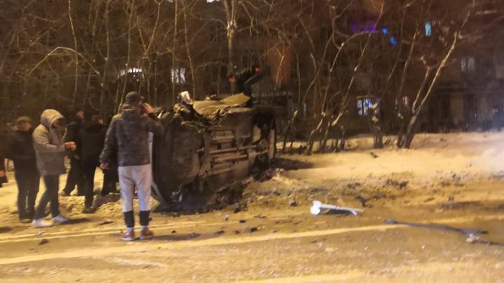 На Вторчермете легковушка опрокинулась на бок после столкновения с другим автомобилем