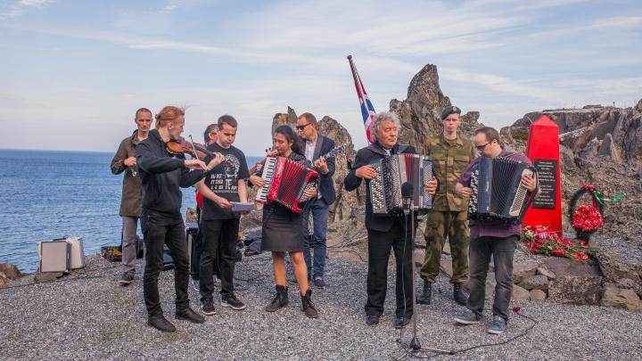Жертвам фашизма: «Неизвестный композитор» из Архангельска исполнил в норвежских скалах «Смуглянку»