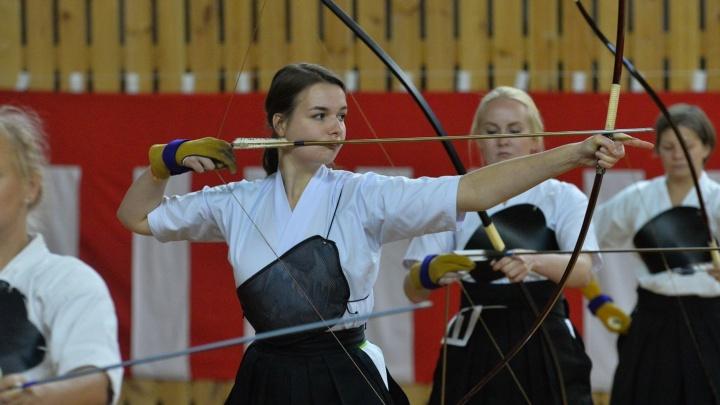 Дух востока в спортзале на Птицефабрике: учимся стрелять из огромного японского лука