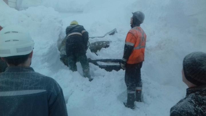 В Норильске снегом завалило фабрику и искорежило машины