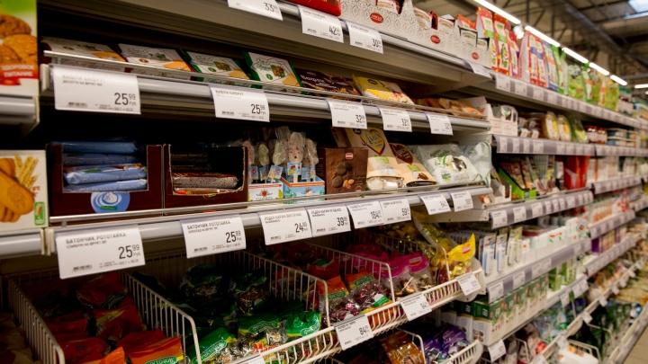 Сходил за хлебушком: в Ярославле мужчина в магазине разодрал одежду покупателю