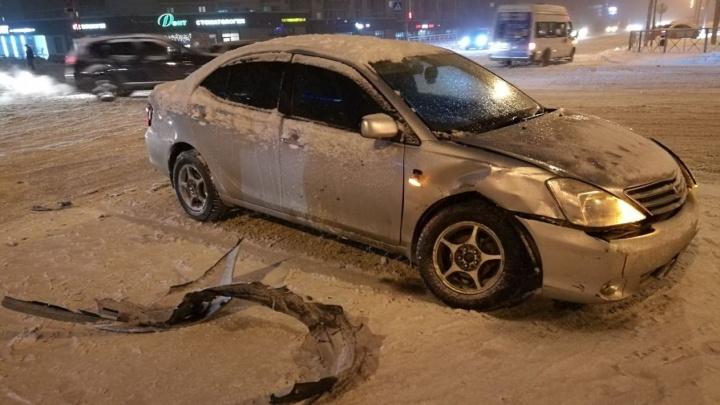 Водители двух Toyota дважды столкнулись на «Родниках»
