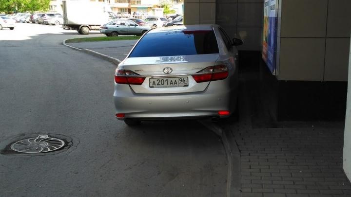 """""""Я паркуюсь как..."""": служебный автомобиль Якоба на тротуаре и элитный внедорожник на постаменте"""