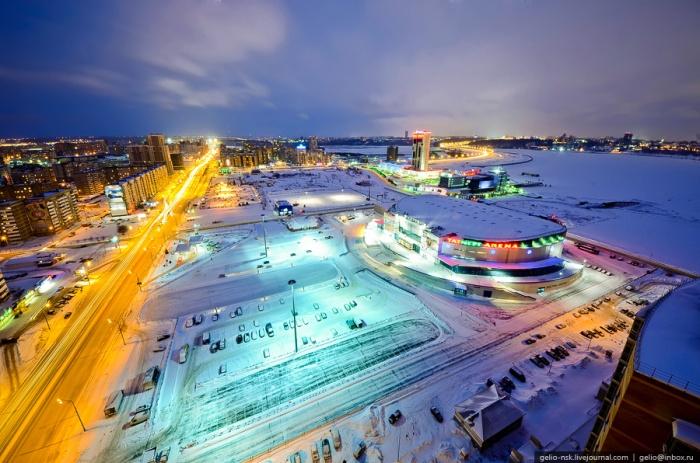 Ледовый дворец «Татнефть Арена» на берегу реки Казанки в Казани