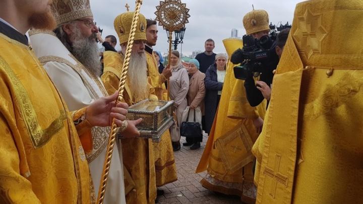 В Екатеринбург привезли мощи святителя Спиридона, которые исцеляют и помогают в судах