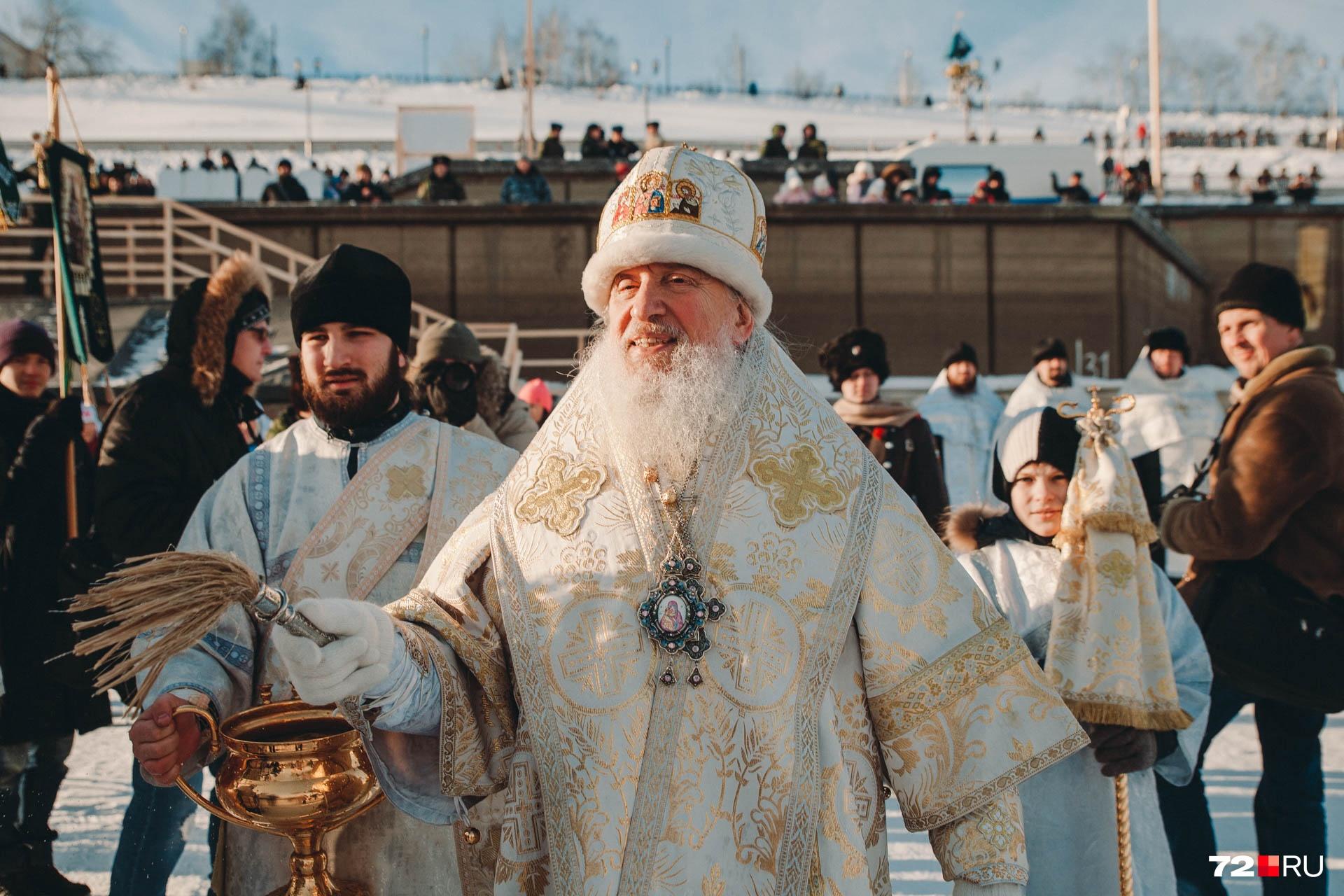 Митрополит, как и прежние годы, облачился в праздничную золотисто-белую рясу. Владыка поздравил всех с Крещением Господне и сказал, что это великий праздник, во время которого по многовековой традиции освящается вода