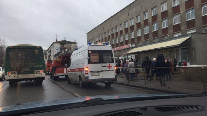 Посетителей первой городской поликлиники заставил экстренно эвакуироваться подозрительный пакет