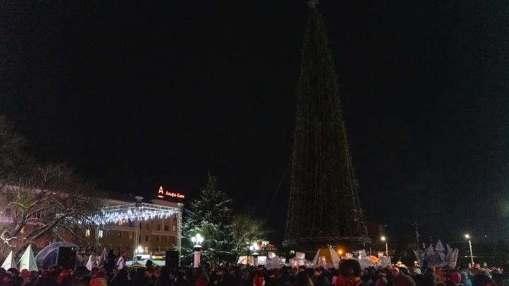 В мэрии пояснили, почему в новогоднюю ночь погасла главная городская ёлка