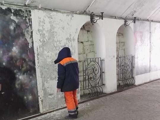 Коммунальщики закрасили стену памяти Виктора Цоя на Плотинке