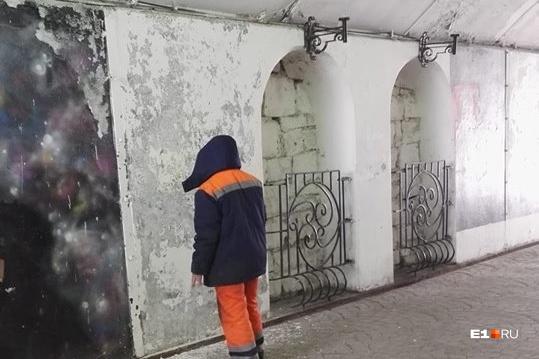 Рабочие говорят, что побелят стены