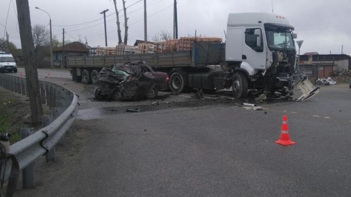 """На Тюменском тракте ВАЗ смяло в """"гармошку"""" после столкновения с грузовиком"""