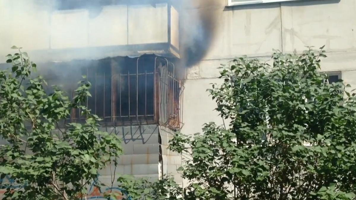 Пожар начался на балконе первого этажа и перекинулся в квартиру