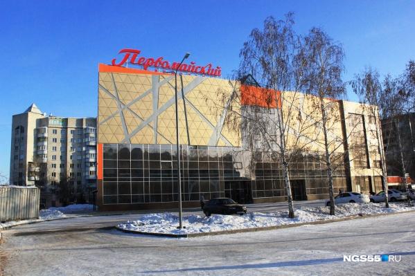 Возле здания кинотеатра есть парковка — по оценкам корреспондента НГС.ОМСК, на ней может разместиться около 30 машин