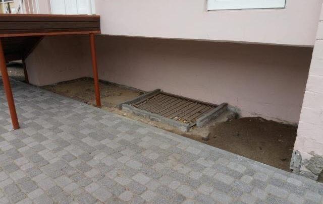 «Чудеса с брусчаткой»: во время ремонта в Историческом квартале рабочие сломали отмостку у дома