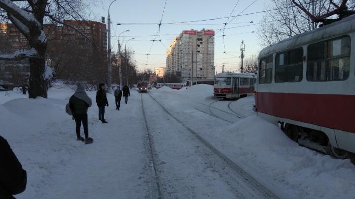 В Постниковом овраге стояло движение трамваев из-за искрящегося вагона