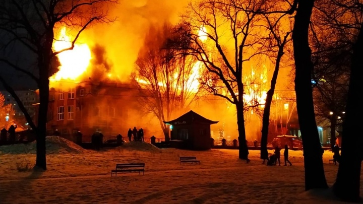 «МЧС вызвали очень поздно»: хроника крупного пожара около ТЦ «Колизей»