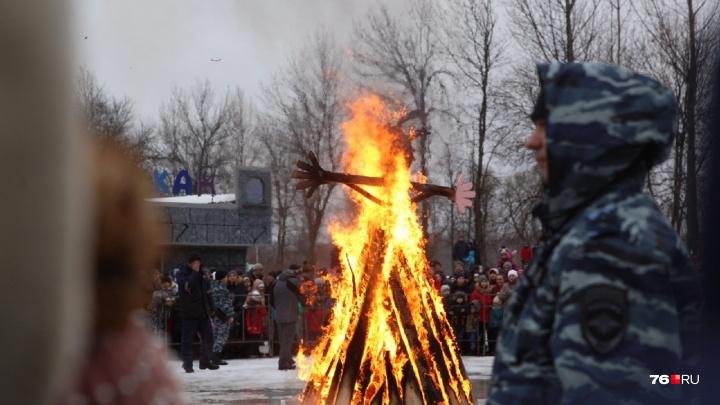 С ОМОНом и пожарными: в Ярославле сожгли главную Масленицу. Видео