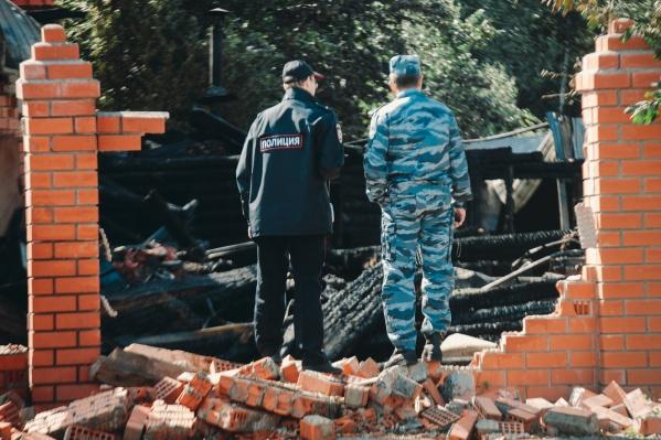 От дома ничего не осталось. На месте работали пожарные и следователи. Тела погибших увезла служба ритуальных услуг