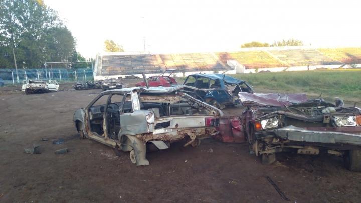 В Ярославле стадион, где занимаются дети, завалили битыми машинами