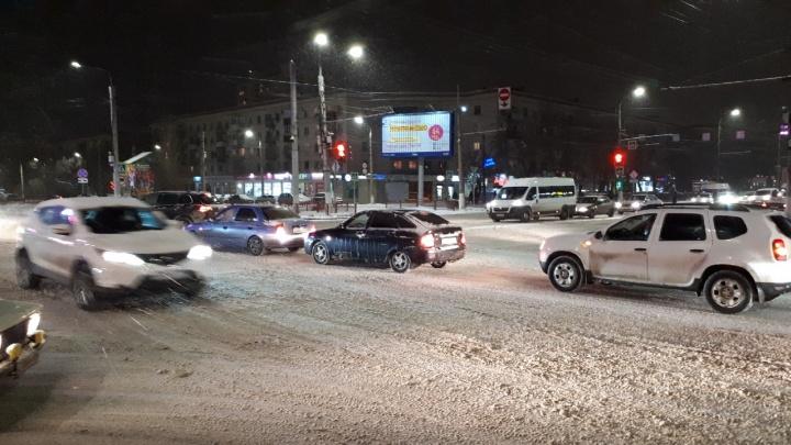 Снегопад, аварии, заторы: Волгоград встал в девятибалльной пробке в вечерний час пик