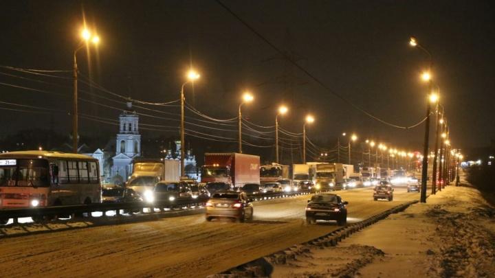 Нижегородцы встали в серьезные пробки из-за ЧП на Мызинском мосту