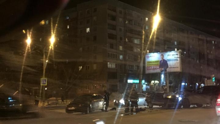 «Вокруг пожарные, полиция, скорые»: на оживлённом челябинском перекрёстке произошло массовое ДТП