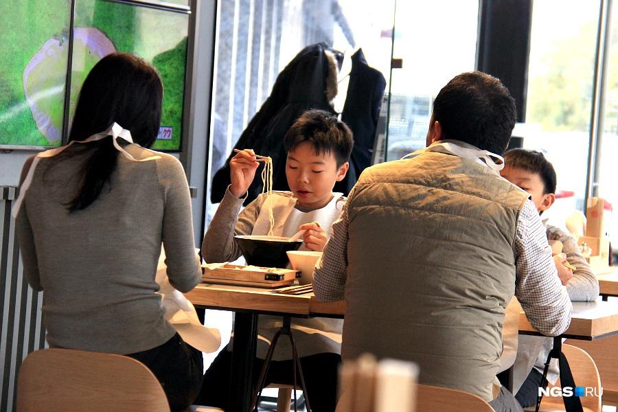 Японские семьи —частые гости в новом заведении во время обеда