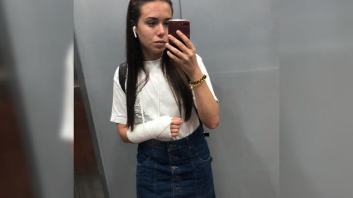 «Водитель выкинул ее из машины и уехал»: екатеринбурженка сломала руку после поездки на такси