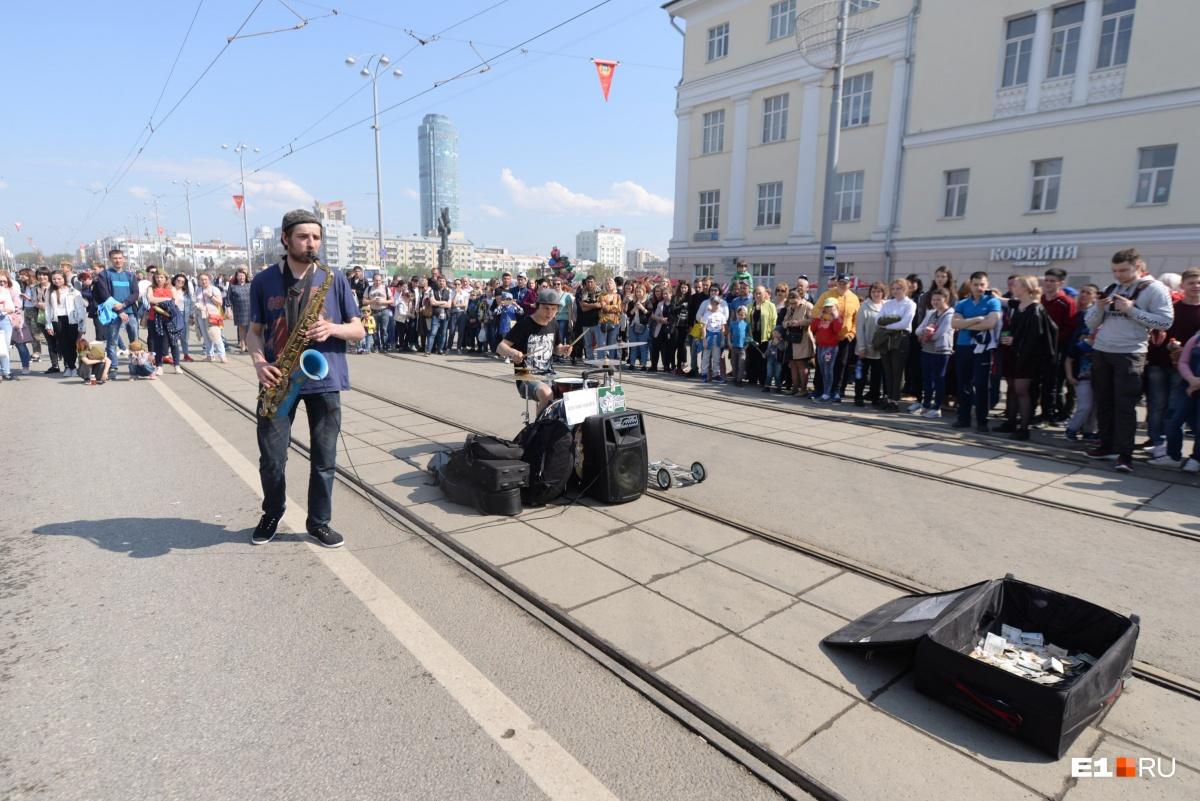 Пока центр города был перекрыт, уличные музыканты с Плотинки перебрались прямо на трамвайные пути