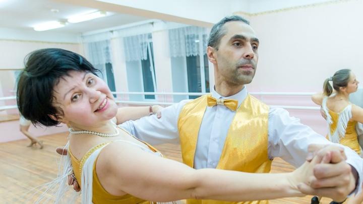 «Люблю осваивать что-то новое»: работник челябинского завода танцует вальс и квикстеп