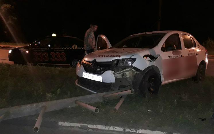 Две машины такси не смогли разъехаться на пустой дороге