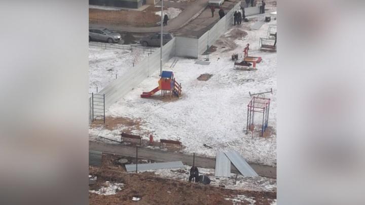 «Мы будем бороться дальше»: жители «Паркового-2» выгоняют строителей с детской площадки