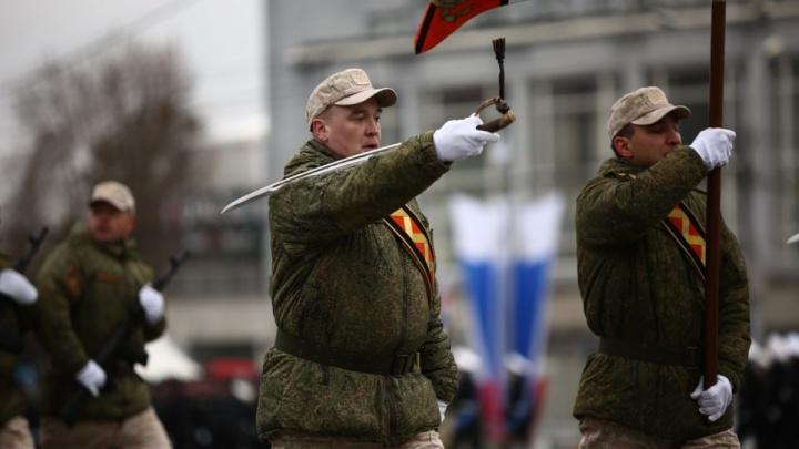 Видео: военные репетируют парад в центре Новосибирска