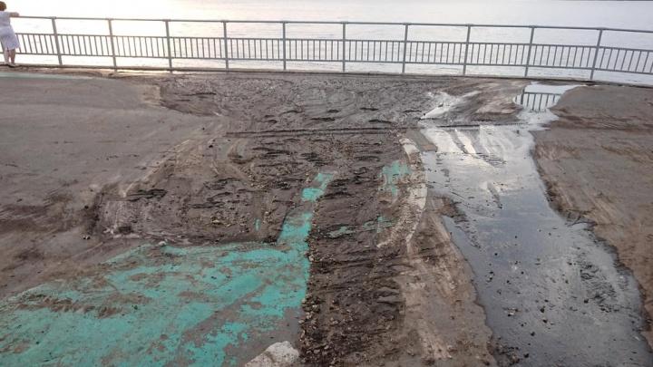 Грязи — реки: земля со склонов на 4-й очереди набережной вновь стекла на тротуары